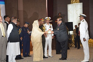 Hon'ble Prime Minister handing over gift to a gallantry award winner Freedom Fighter